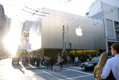 Apple fans anxiously waiting in line for the iPad 2 on its launch day. Photo: Stephanie Kent